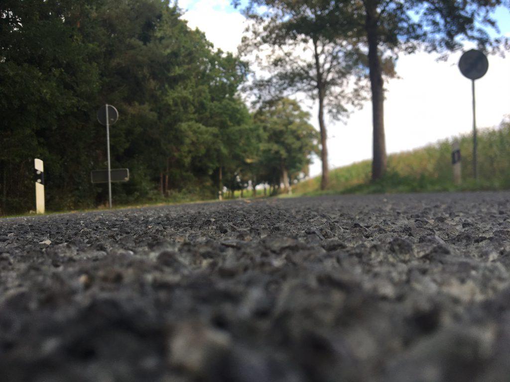 Über die Strassenmitte -  rau,kleiner Buckel - freuen sich die Mopedfahrer, wenn ihre Kiste ist schleudern kommt!